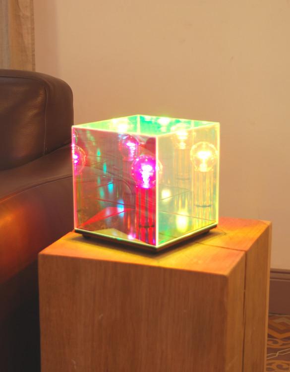 cube miroir une lampe astrale et sid rante deco tendency. Black Bedroom Furniture Sets. Home Design Ideas