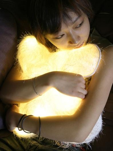 Lampes design -Le coussin lumineux d°light Huggable de Diana Lin