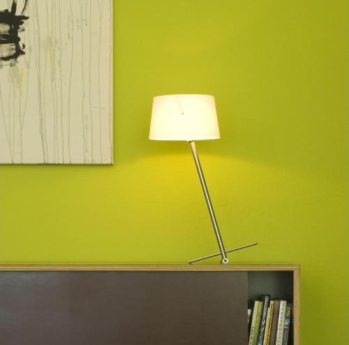 Gwen floyd pr sente la lampe de table slant deco tendency for Lampe au dessus d une table
