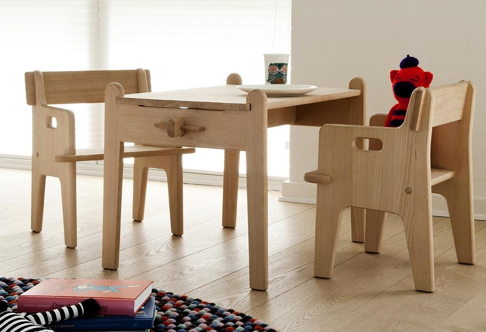 bureau pour enfant peters by carl hansen deco tendency. Black Bedroom Furniture Sets. Home Design Ideas