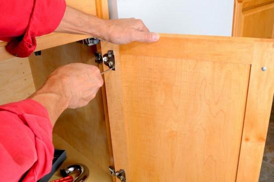 Dévisser et étiqueter tous les éléments avant de repeindre ses meubles