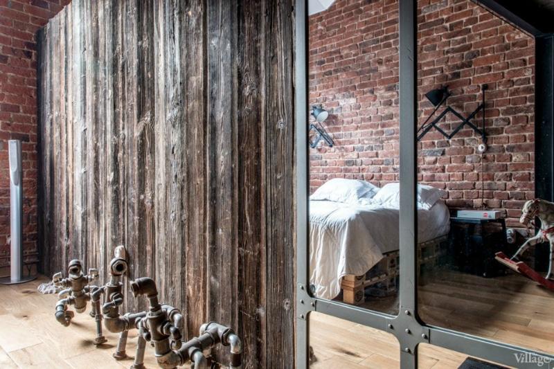 Loft industriel visite d 39 un loft o le bois est roi for Fenetre style loft
