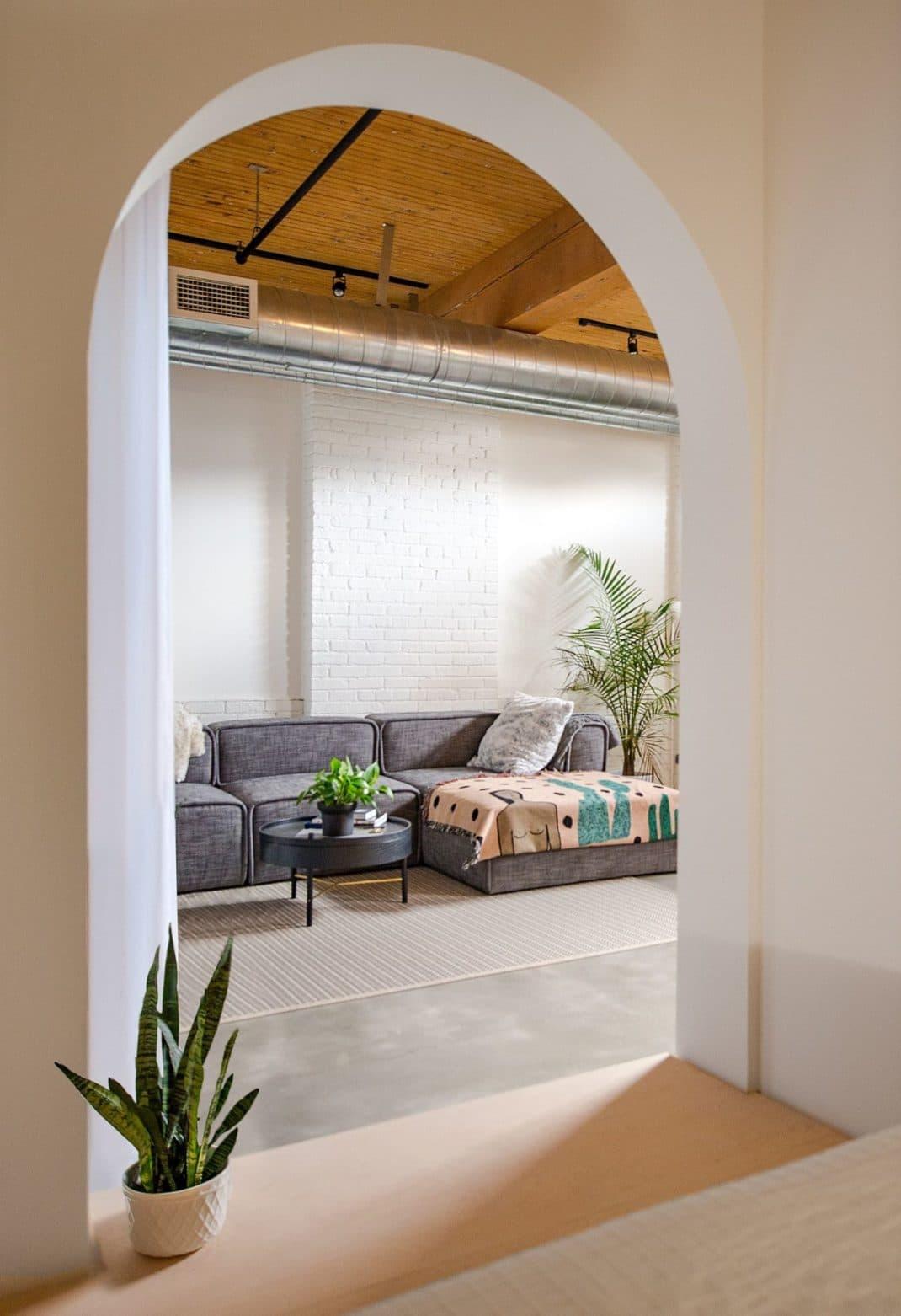 Studio AC imagine une chambre surprenante drapée de blanc