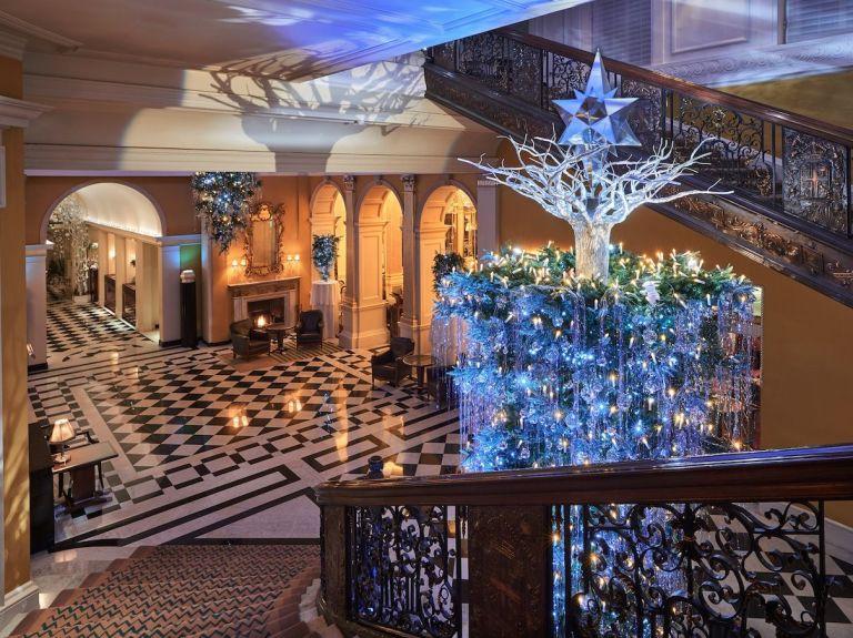 Sapins de no l l 39 envers la grande tendance de no l 2018 for Hotel decor 2017