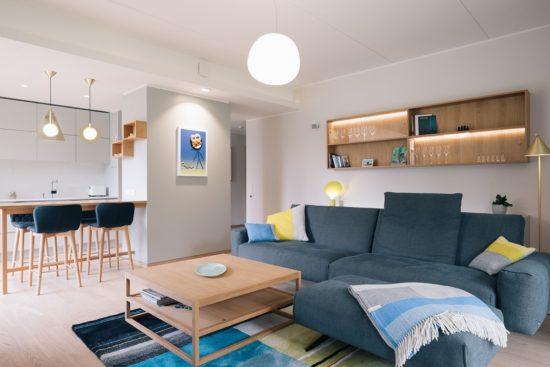Ines Käärma nous dévoile une maison minimaliste aux accents bleus et jaunes 2 550x367 - Ines Käärma nous dévoile une maison minimaliste aux accents bleus et jaunes 2