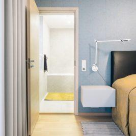 Ines Käärma nous dévoile une maison minimaliste aux accents bleus et jaunes 7