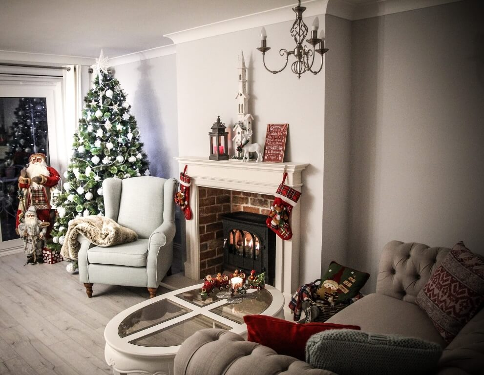 Décorations de sapins de Noëlla cheminée
