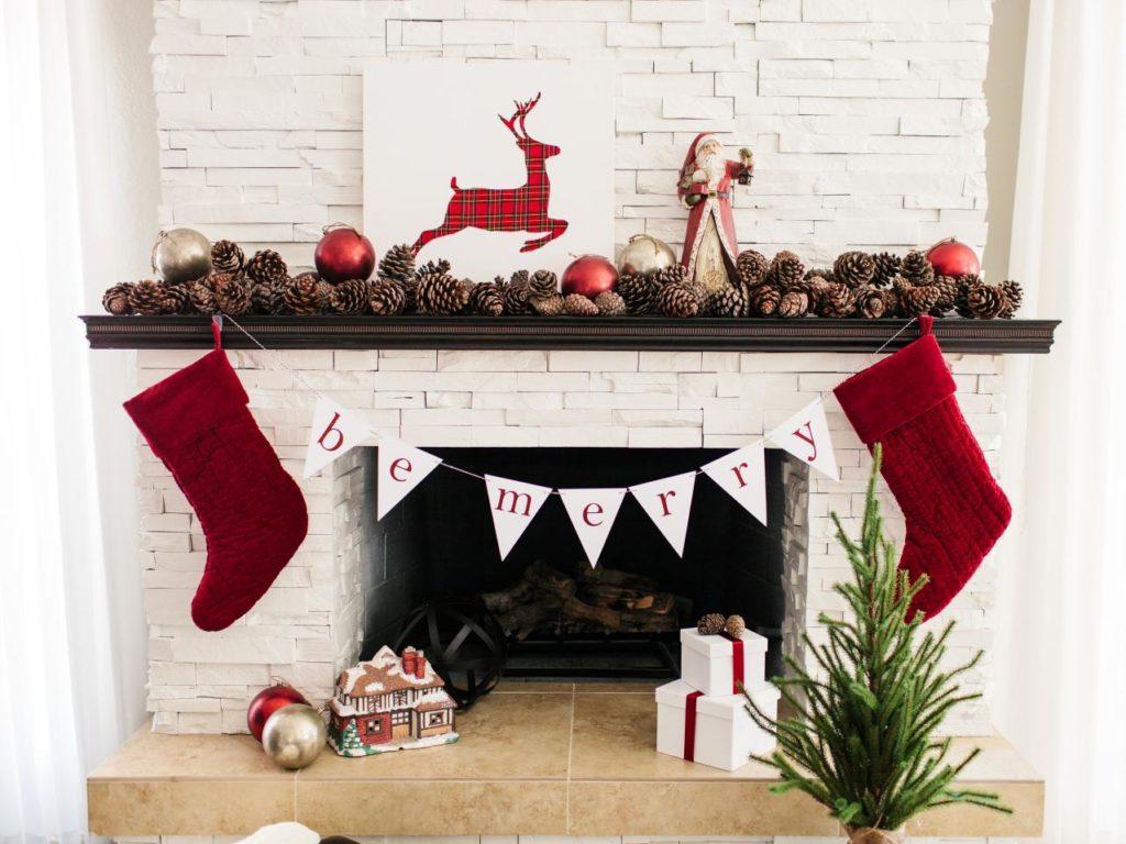 Décorer sa cheminée à Noël le rouge