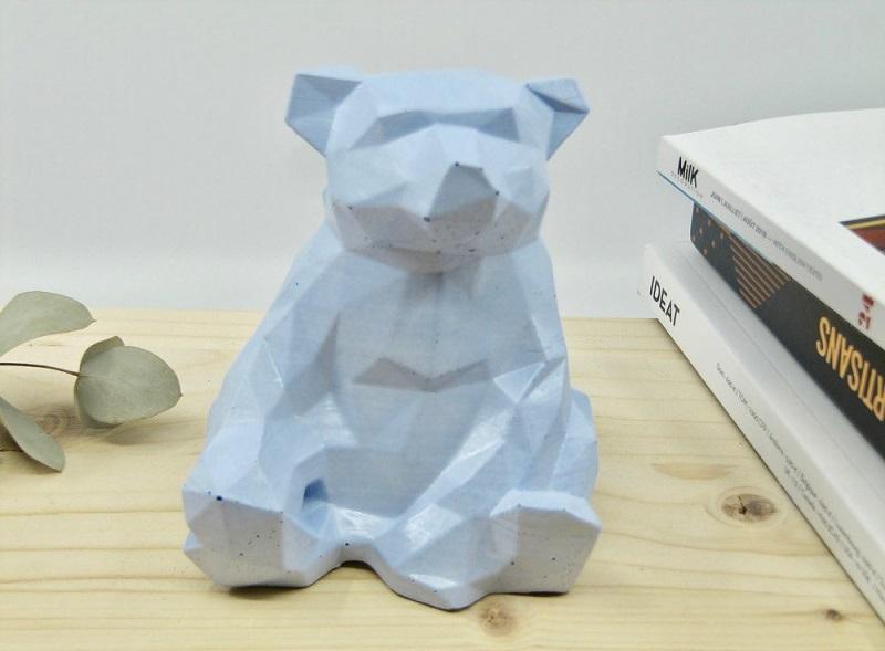 Un coq dans le transat ours en béton par Paname Workshop