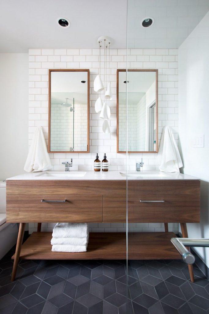 Le bois et le carrelage dans la salle de bain