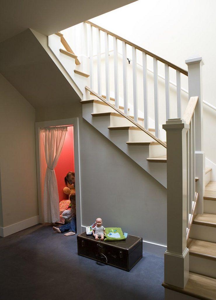 Utiliser l'espace sous l'escalier pour du rangement 3