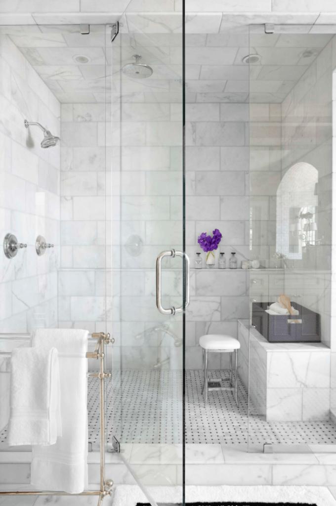 Un banc de douche en marbre