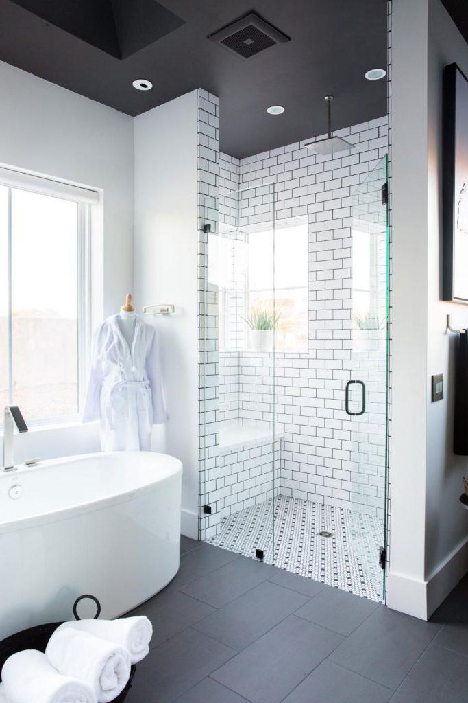Un banc de douche en mosaïque