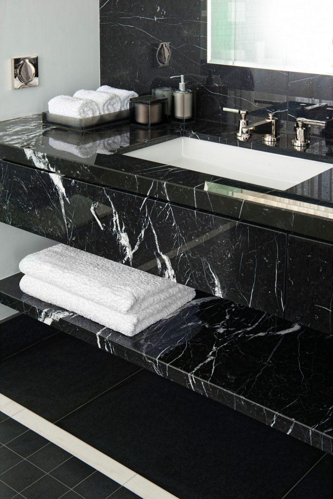 Rénover sa salle de bain en noir version spa