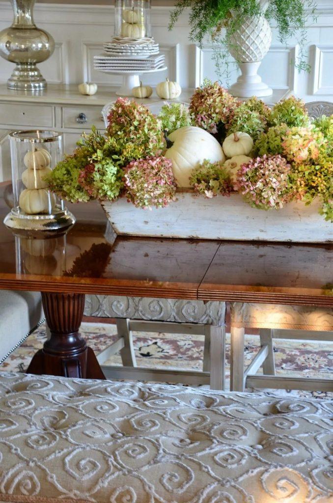 Des centres de table avec des hortensias