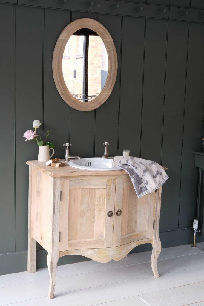 Choisir des meubles de salle de bain encastrés ou autonomes